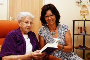 Ruth Knappe gehört zu jenen Senioren, die sich darüber freuen, dass ihnen Monika Dobiezynski regelmäßig Bücher nach Hause bringt. (Foto: Ronny Seifarth)