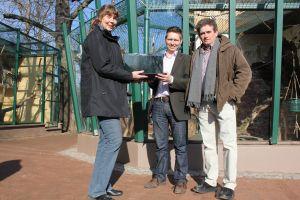 Unternehmer spendet Laptop v.l. Inselzoo Leiterin Ingrid Kipping, Claus Jäger (jun.) und Claus Jäger (sen.) (Foto: der uNi)