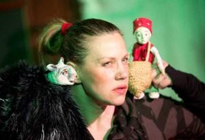 Rotkäppchen, Lys Schubert spielt in der Inszenierung von Lutz Großmann und in der Ausstattung von Marianne Hollenstein (Foto: Stephan Walzl )