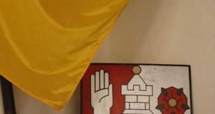 Wappen und Flagge mit den Farben der Stadt Altenburg (Foto: der uNi)