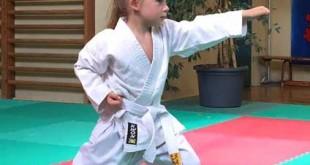 Der jüngste Prüfling ist, die erst fünfjährige Nele Mia Beisig. Sie darf nun den weiß-gelben Gürtel tragen. (Foto: Sakura)