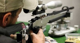 Bernd Beyer mit dem KK-Gewehr in der Disziplin Zielfernrohr - mit 299 von 300 möglichen Ringen siegte der Ostthüringer verdient. (Foto: privat)