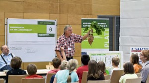 Gunter Hochtritt vom Kreisbauernverband zeigt, was alles auf den hiesigen Feldern wächst (Foto: Verlagsgruppe Kamprad)