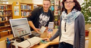 Die Bibliotheksmitarbeiter Nadine Leibner und Felix Hendel freuen sich über das digitale Bücherregal. (Foto: Ronny Seifarth)