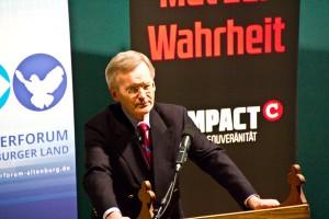 Prof. Dr. Karl Albrecht Schachtschneider spricht zur Compact Veranstaltung in Kosma (Foto: der uNi)
