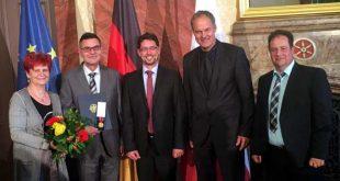 Sie gratulierten Steffen Gründel (2.v. links) zur Auszeichnung: Thüringens Bildungsministerin Dr. Birgit Klaubert, Stadtrat André Neumann, Oberbürgermeister Michael Wolf und der Bürgermeister von Nobitz, Hendrik Läbe. (Foto: privat)