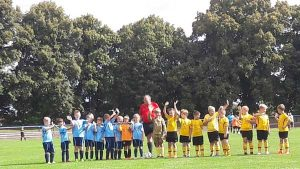 Noch ein kurzer Gruß zu den Eltern, die F-Junioren beider Teams sind voller Vorfreude auf das Spiel. (Foto: SV Motor Altenburg)