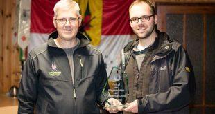 Feierliche Pokalübergabe – Markus Kaminski (links) erhält den Bürgermeisterpokal 2016 von Torsten Weiß (Foto: SV Barbarossa)