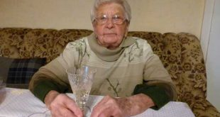 Magdalena Heilmann stößt mit einem Glas Sekt mit ihren Gratulanten zu ihrem Ehrentag an. (Foto: Jana Hiller, Stadtverwaltung Schmölln)