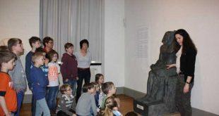 Schülerinnen und Schüler der Christian Felix Weiße-Schule (Rahnschule) beim Kunstunterricht mit der Kunstpädagogin Jacqueline Glück (Foto: Lindenau-Museum - Archiv 2015)