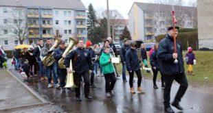 Der Umzug zum Lichterfest angeführt vom Jugendblasorchester Lucka (Foto: Daniela Marzelin)