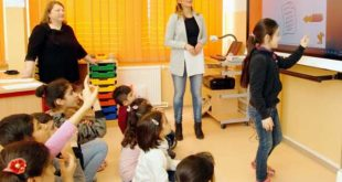 DaZ-Lehrerin Jennifer Ehrhardt testete die Deutschkenntnisse ihrer Schützlinge. (Foto: Ronny Seifarth)