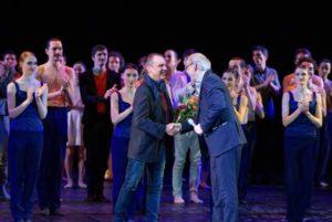 Generalintendant Kay Kuntze verabschiedet Thomas Schneider nach der Ballett-Gala am 3.2.2017. 44 Jahre war Thomas Schneider am Theater engagiert.  (Foto: Sabina Sabovic)