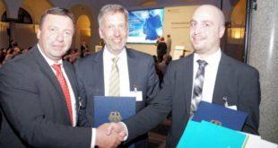 Freudiges Händeschütteln nach Ausgabe der Förderbescheide (v.l.n.r.): MdB Volkmar Vogel (CDU), Matthias Bergmann, Peter Kibisch; (Foto: Sandra S. Schmid/ Büro MdB Vogel)