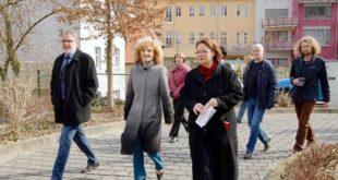 Bürgermeisterin Kristin Moos (vorn) führte Ministerin Birgit Keller durch die Stadt. (Foto: Ronny Seifarth)