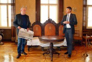 Der Vorsitzende des Schlossvereins, Peter Friedrich (links) überreichte Schloss- und Kulturdirektor Christian Horn den symbolischen Scheck. (Foto: Ronny Seifarth)
