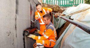 Tobias Poller (hinten) und Mathias Heinrich arbeiteten an der Mauer. (Foto: Ronny Seifarth)