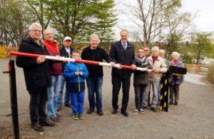 Schranke hoch – Dr. Wolfgang Preuß (links), Oberbürgermeister Wolf und Kleingärtner nahmen den Parkplatz am Donnerstag, 13. April, in Betrieb. (Foto: Ronny Seifarth)