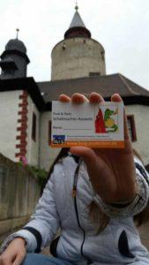 Bei erfolgreich absolvierter Schatzsuche oder Rätseljagd erhielten die Teilnehmer den Schatzsucher-Ausweis der Burggeister Posti und Stein. (Foto: Burg Posterstein)