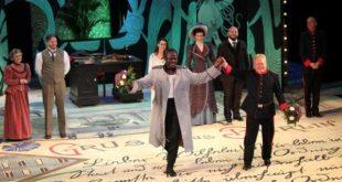 Schauspieldirektor Bernhard Stengele verabschiedet den Schauspieler Ouelgo Téné (Foto: Toni Rack)