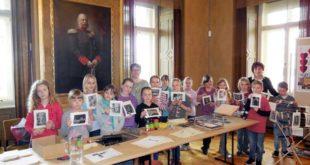 Stolz zeigen die Kinder ihre Arbeiten. (Foto: Residenzschloss)