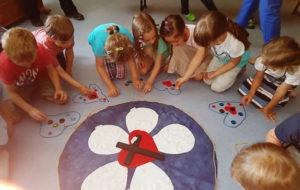 Die Kinder legen kleine Bodenbilder zur Geschichte Luthers (Foto: Cornelia Wiese)