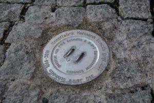"""Einer der Knöpfe, sogenannte """"Erinnerungssteine"""", befindet sich auch am Goetheplatz (Foto: Stadtverwaltung Schmölln)"""