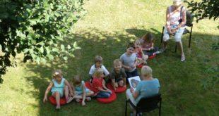 Die Vorschulgruppe des Lerchenberg-Kindergartens versammelte sich zu einer Lesung im Bibliotheksgarten. (Foto: Hantke-Ziese)