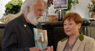 Hans Peter Jakobson und Angelika Kühn von Hintzenstern bei der Ausstellungseröffnung im Museum Burg Posterstein. (Foto: privat)