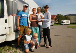 Jeannette Kreyßel (rechts) und Jürgen Stemmler (2.v.rechts) überreichten Familie Hösch ein kleines Präsent. (Foto: Ronny Seifarth)