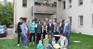 """Diese Luckaer Hausgemeinschaft hat das Gütesiegel """"Kinderfreundliches Haus"""" verliehen bekommen (Foto: Landratsamt)"""