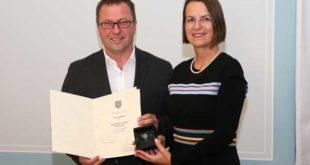 Der Preisträger Lutz Woitke und Frau Dr. Babette Winter (Foto: TSK/Matthias Gränzdörfer)