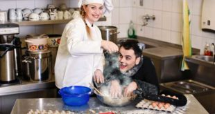 Sieht zwar aus wie Naschkatze, ist aber DER GESTIEFELTE KATER (Manuel Struffolino), der hier bei Lisa in der Bäckerei Grimm sitzt. (Foto: Sabina Sabovic)