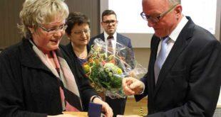 Landrätin Michaele Sojka ehrt Bernd Adam (Foto: Landratsamt)