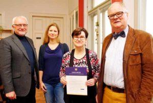 V.l. Dr.Eberhard Kusber (Landesverband Thüringen im Deutschen Bibliotheksverband),Ines Neumann (Familienzentrum), Christina Hantke-Ziese (Stadtbibliothek) und Dr. Thomas Wurzel (Geschäftsführer Sparkassen-Kulturstiftung Hessen-Thüringen). (Foto: Ronny Seifarth)