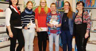 v.l. Manja Strauß (Sparkasse), Neele Neudeck, Amelie Gießer, Steven Sell (Schüler), Julia Pfeuffer (Lehrerin) und Christina Hantke-Ziese (Stadtbibliothek). (Foto: Ronny Seifarth)
