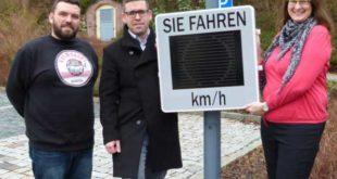 Bürgermeister Sven Schrade, sowie zwei Mitarbeiter aus dem Ordnungsamt (Jennifer Meyer und Christian Rydz) präsentieren ein Dialog-Display (Foto: Stadt Schmölln)