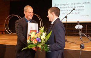 Dr. Hendrik Baum (rechts) überreichte Oberbürgermeister Wolf eine Ehrenurkunde. (Foto: Ronny Seifarth)