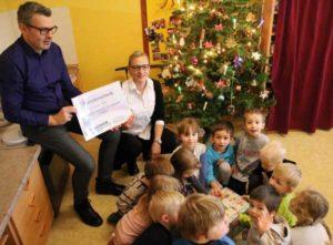 """Conny Rademann und Uwe Kralitschka vom Team """"Hercher – die Service Familie"""" überbringen den Spendenscheck an die Kinder (Foto: Sabine Räßler)"""