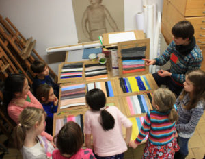 Blicke ins Studio -  Besprechung des Farbprojekt (Foto: Lindenau-Museum)