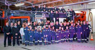 Freiwillige und hauptamtliche Feuerwehrleute nahmen das moderne Fahrzeug in ihrer Mitte auf. (Foto: Ronny Seifarth)