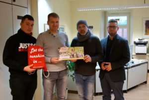 v.l.n.r.: Willy Bauer (Kapitän B-Jugend) , Enrico Cepnik (Kapitän der 1. Mannschaft), Thomas Wendt (Trainer B-Jugend), Bürgermeister Sven Schrade (Foto: Stadtverwaltung Schmölln)