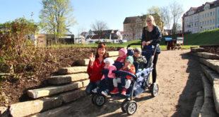 """Die Kindergartengruppe """"Krabbelmäuse"""" von der Kita Holzhaus des DRK haben nun mit den Erzieherinnen einen viel kürzeren Weg zum beliebten Spielplatz am Großen Teich. (Foto: Silke Arnold)"""