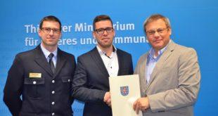 Staatssekretär Uwe Höhn überreichte dem Bürgermeister der Stadt Schmölln, Sven Schrade, einen Zuwendungsbescheid in Höhe von 15.000 Euro. (Foto: Thüringer Ministerium für Inneres und Kommunales)