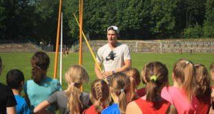 Thomas Röhler lässt die Herzen der jungen Leichtathleten des SV Lerchenberg Altenburg e.V. höher schlagen. (Foto: Marita Heindl)