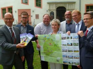 v.l.n.r.: Die Bürgermeister Professor Dr. Lothar Ungerer (Meerane), Sven Schrade (Schmölln), Marcel Greuke (Ponitz), Ines Liebald (Neukirchen), Wolfgang Scholz (Gößnitz), André Raphael (Crimmitschau) und Stefan Czarnecki (Werdau) mit der FamilienFREIZEITkarte (Foto: Stadtverwaltung Schmölln)