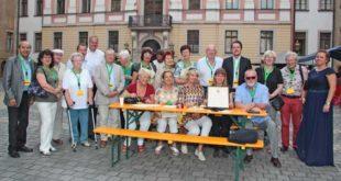 Oberbürgermeister Michael Wolf überreicht den Kulturpreis 2018 an den Schlossverein. (Foto: Silke Arnold)