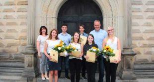 Von links hinten: Ausbildungsleiterin, Susette Fischer; Leon Kirmse, Auszubildender Straßenwärter; Katharina Kluge, Auszubildende Tierpflegerin, OBM Michael Wolf