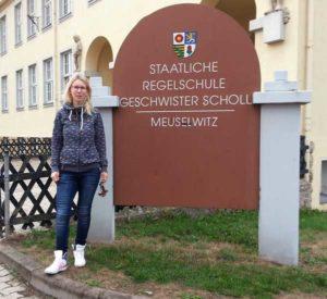 """Lydia Leder vor der Medien- und Regelschule """"Geschwister Scholl"""" in Meuselwitz (Foto: Staatliche Regel- & Medienschule """"Geschwister Scholl"""")"""