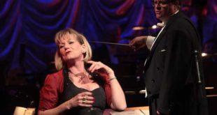"""Adelheid Brandstetter bei einem Konzert mit Thomas Wicklein ein """"Schwipserl"""" besingend (Foto: Jens Paul Taubert)"""